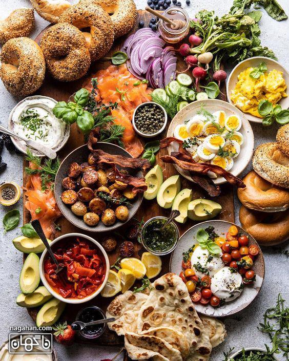 میز مزه با انواع تنقلات و پنیر و اسنک