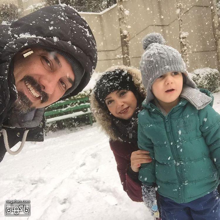 عکسبرزو ارجمند در کنار همسر و فرزندش در برف