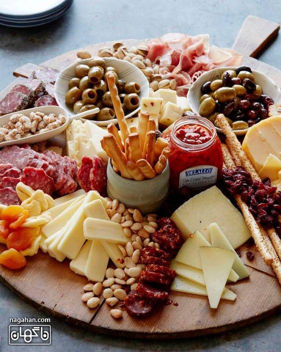 میز مزه با انواع پنیر و کالباس و اسنک