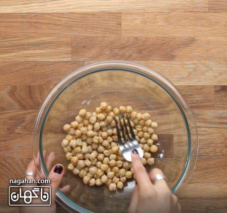 نخود پخته شده را در یک کاسه بزرگ بریزید
