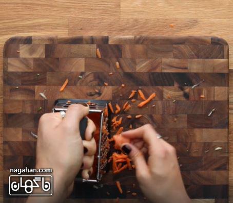 هویج را رنده کنید