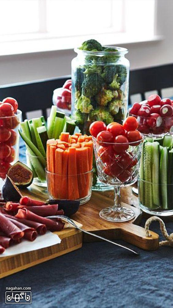 میز مزه سالم با انواع سبزیجات و میوه کم کالری