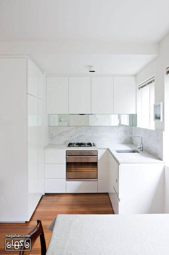 آشپزخانه سفید با کابینت و بین کابینتی سفید ساده و مدرن