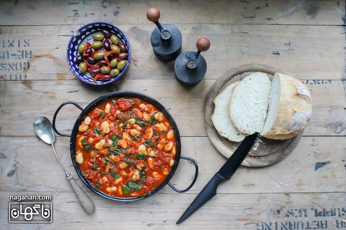 خوراک لوبیای سفید اسپانیایی با گوجه فرنگی غذای گیاهی مقوی برای گیاه خواران