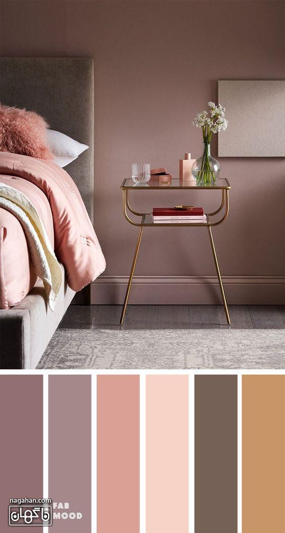عکس دکوراسیون اتاق خواب با ترکیب رنگ قهوه ای ،صورتی ملایم و پاتختی و میز عسلی مدرن طلایی