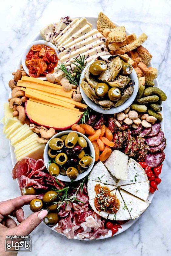 میز مزه با انواع زیتون و پنیر