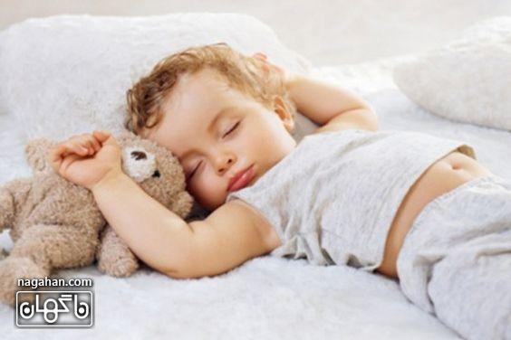 خوابیدن کودک در تخت خود