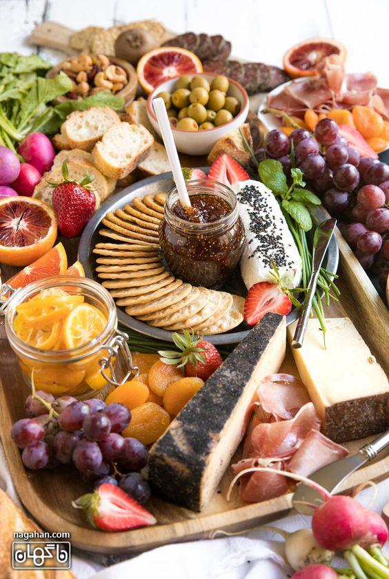 سینی مزه با انواع پنیر و کالباس و زیتون