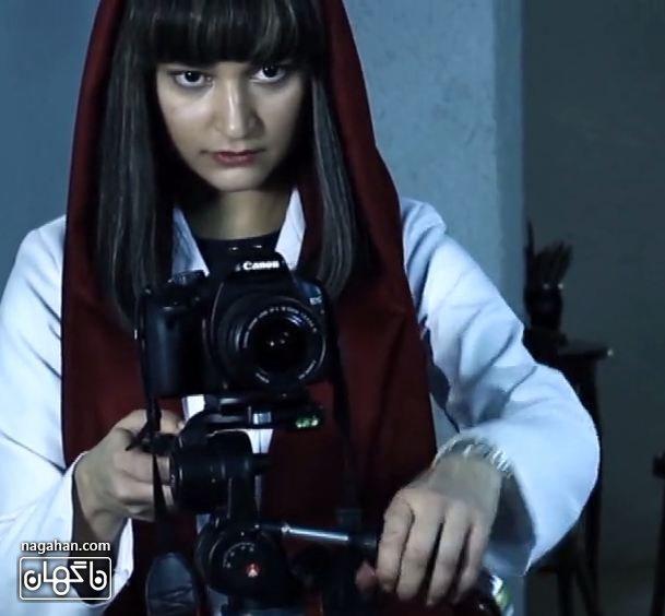 عکسIsabella picchioni - عکس ایزابلا پیکیونی با کلاه گیس در سریال آسپرین