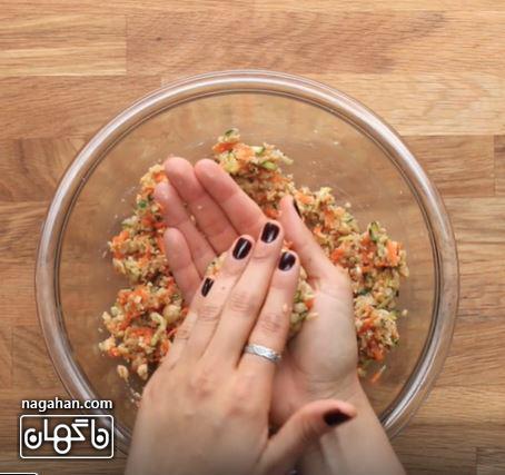 2 قاشق غذاخوری مخلوط را کف دست خود بزنید تا آن را مانند دایره، شکل دهید.