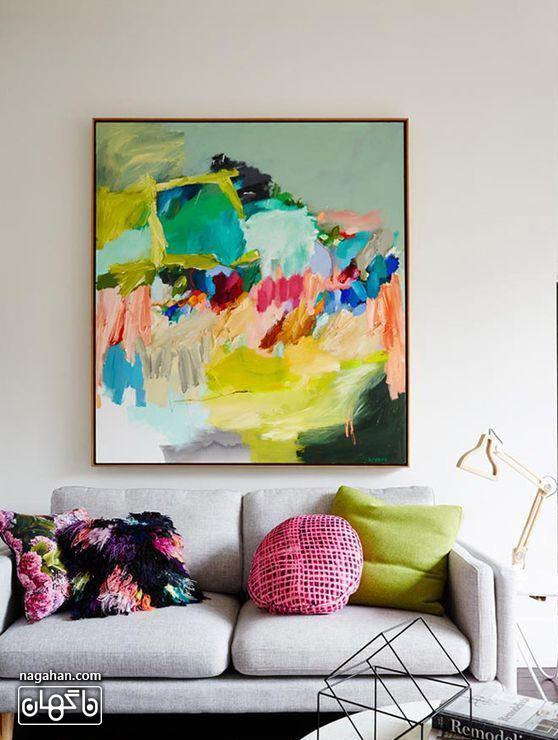 نقاشی آبستره با رنگ آکریلیک شاد با چیدمان تابلو بالای کاناپه