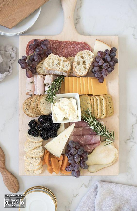 میز مزه با انواع پنیر و کالباس و انگور