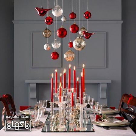 چیدن ساده میز کریسمن با شمع های بلند قرمز