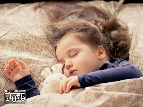 خوابیدن کودک با عروسکش