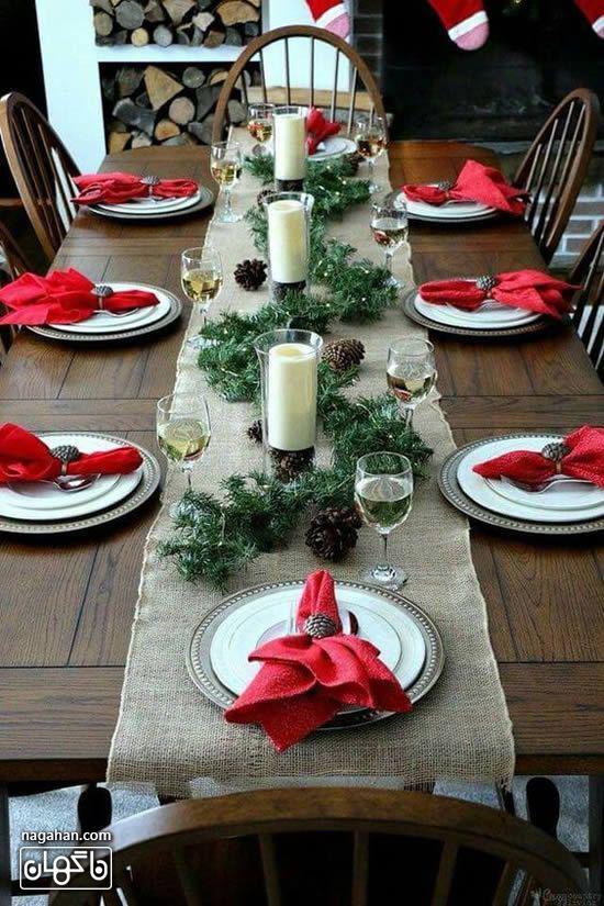 چیدمان ساده و شیک میز شام کریسمس با دستمال سفره قرمز