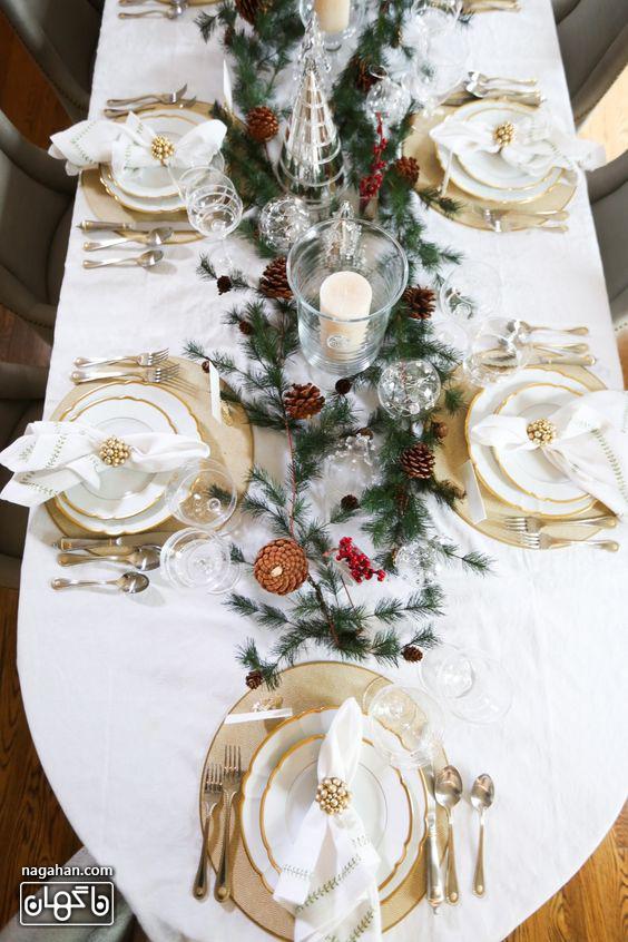 ایده چیدمان میزشام کریسمس رنگ سفید با برگ کاج کریسمس2021