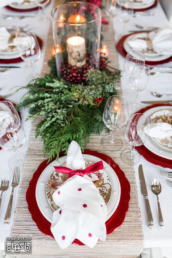 ایده کلاسیک چیدمان میز شام کریسمس با برگ کاج و شمع
