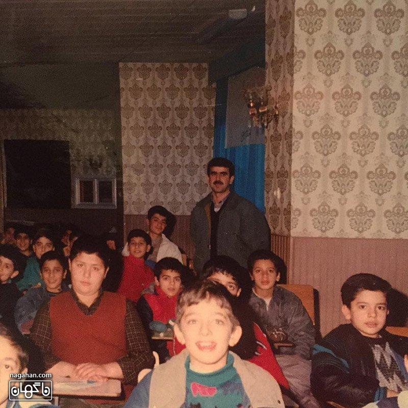 بهرام رادان به همراه همکلاسی ها در مدرسه