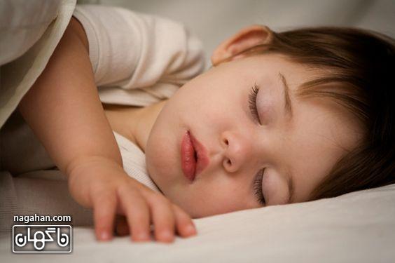 خوابیدن کودک در اتاقش