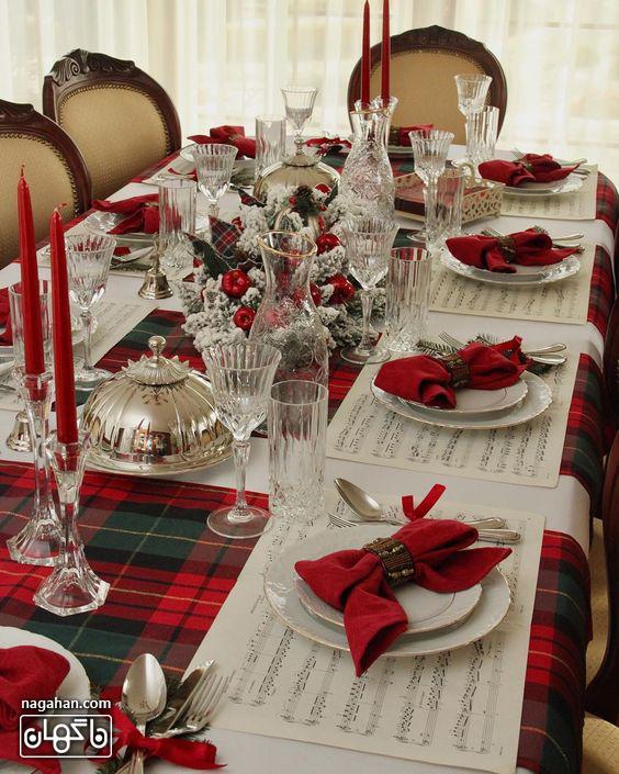ایده چیدمان میزشام با شمع و دستمال سفره قرمز و برگ کاج کریسمس2021