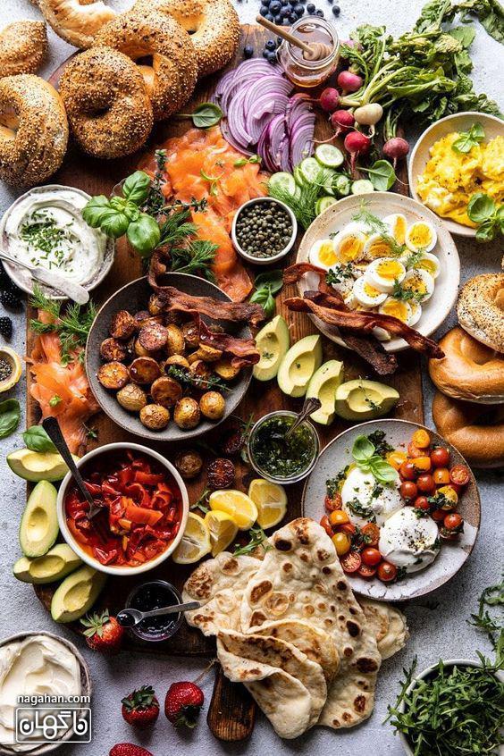میز مزه با تخم مرغ و اسنک های سبک