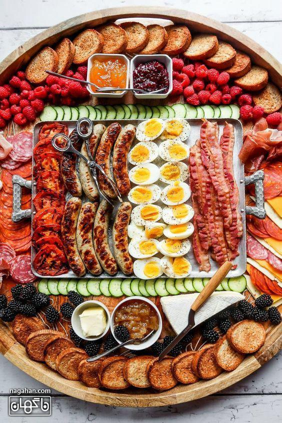 میز مزه با انواع زیتون و پنیر و سوسیس و کالباس