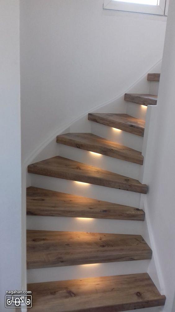 طراحی ساده راه پله های داخلی چوبی با نور هالوژن