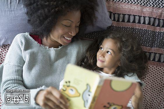 کتاب خواندن برای کودک در تخت