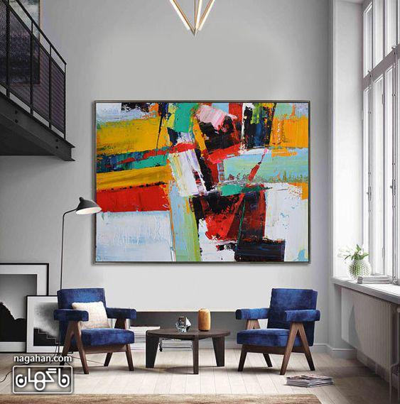 نقاشی آبستره با رنگ آکریلیک شاد با چیدمان تابلو بالای مبلمان