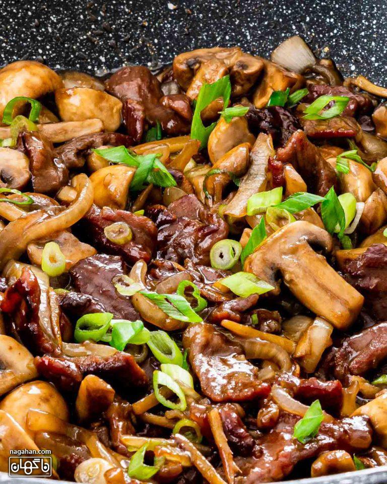 بیف آسیایی با قارچ ، سبزیجات و سس خانگی