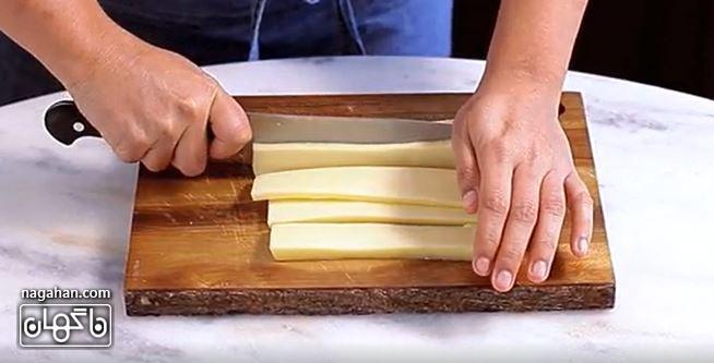 پنیر موزارلا را به نوارهایی با ضخامت متوسط برش دهید.