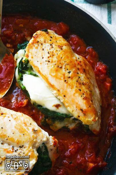 عکس مرغ شکم پر با پنیر موزارلا و اسفناج