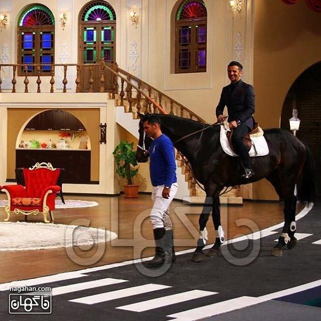 ورود امین حیایی با اسب در دورهمی