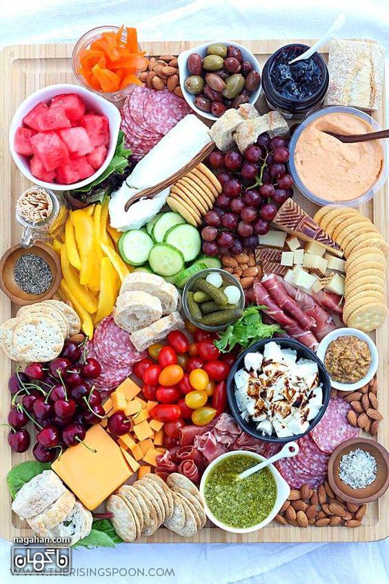 میز مزه با انواع تنقلات و میوه ها