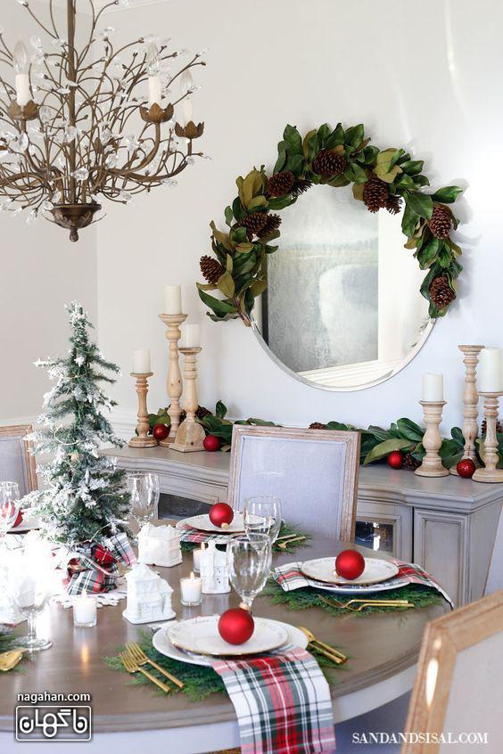 ایده چیدمان میزشام کریسمس رنگ قرمز و نور شمع و برگ کاج کریسمس2021 -2