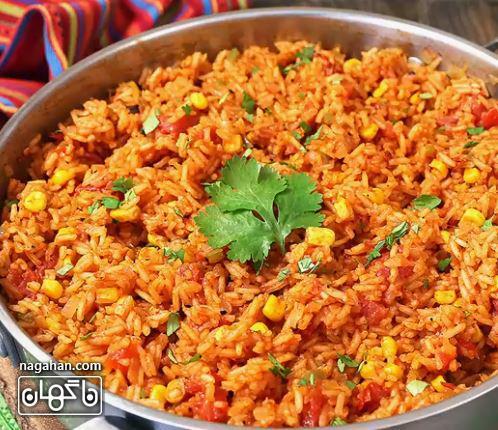 روی برنج مکزیکی را از روی حرارت برداشته و بر رویش گشنیز بپاشید