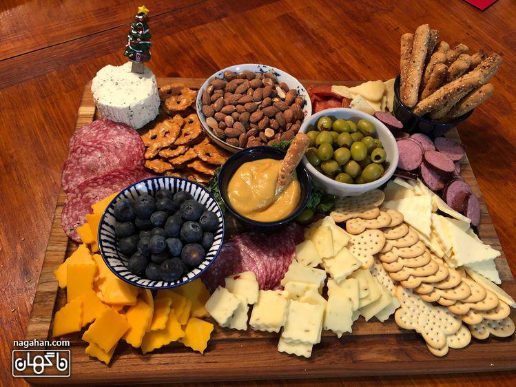 میز مزه با انواع پنیر و اسنک و میوه