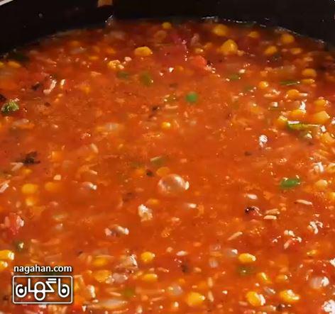 آب مرغ ، گوجه فرنگی ، سس گوجه فرنگی ، ذرت ، مخلوط ادویه و نمک را اضافه کنید. هم بزنید تا ترکیب شود و جوش بیاید